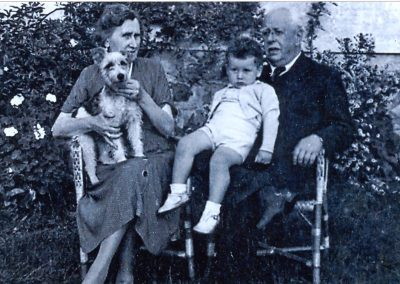 Con su mujer, su nieto Eduardo y su  perra Asta en su casa de Asturias