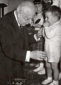 ulio Casares con su nieto Guillermo en Noche Buena. Portada ABC 1956
